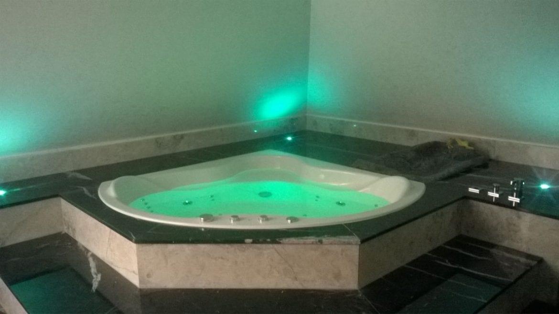 Achteckbadewanne Madrid mit Whirlpoolsystem 190x110 cm